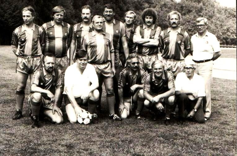 Ehemalige Spieler der Mannschaften aus den 60zigern gegen die ! Mannschaft.